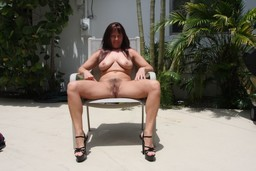 Chubby brunette mom demonstrated bush..