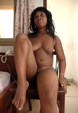 Curvy flexible black babe exposing her..