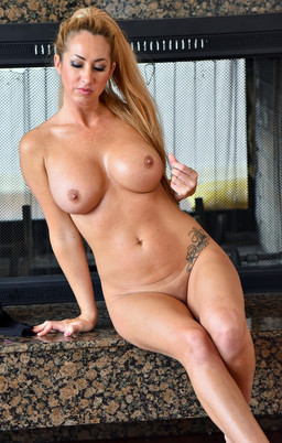 Busty MILF Janna Hicks posing naked at..