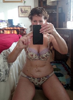 Mature housewife takes selfshot..
